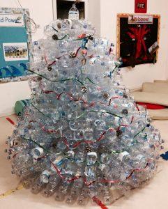 Natale ricco con materiale povero (ALBERI DI NATALE CON MATERIALE DI RECUPERO)
