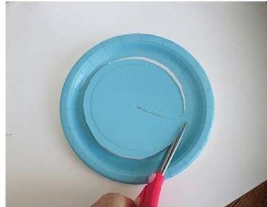 lavoretti con piattini di carta Natale facile ghirlanda di carta fai da te per bambini